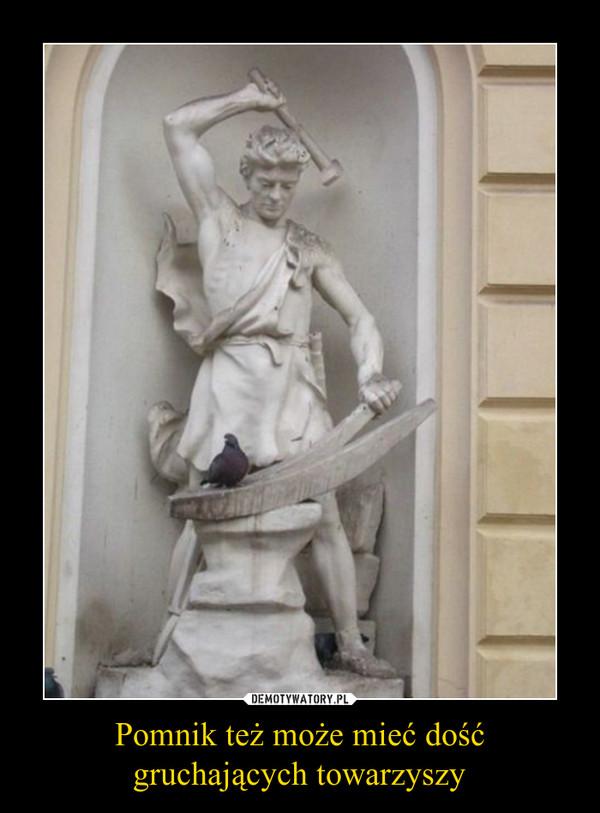 Pomnik też może mieć dość gruchających towarzyszy –