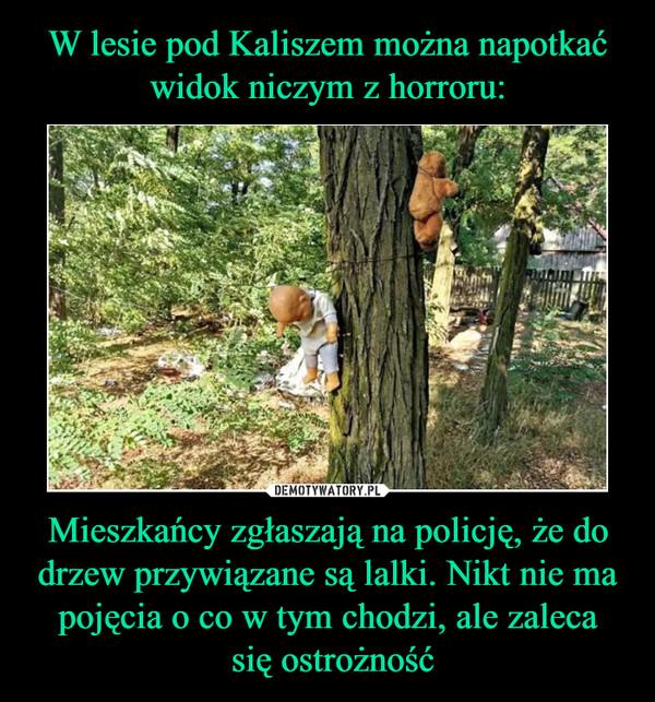 Mieszkańcy zgłaszają na policję, że do drzew przywiązane są lalki. Nikt nie ma pojęcia o co w tym chodzi, ale zaleca się ostrożność –