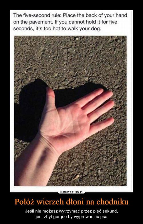 Połóż wierzch dłoni na chodniku