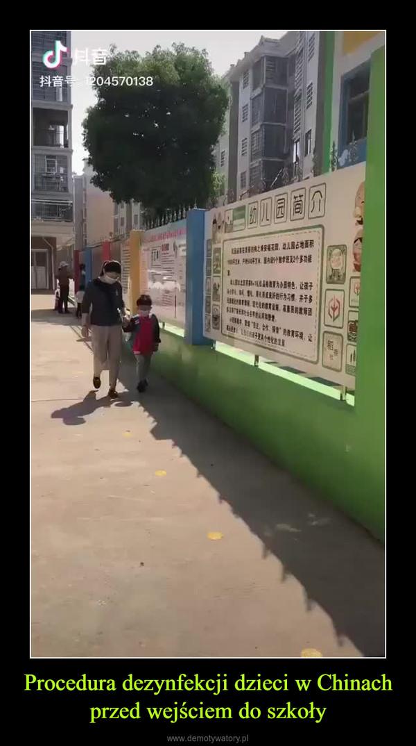 Procedura dezynfekcji dzieci w Chinach przed wejściem do szkoły –