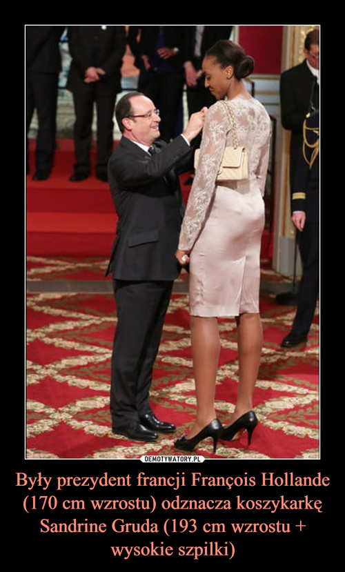 Były prezydent francji François Hollande (170 cm wzrostu) odznacza koszykarkę Sandrine Gruda (193 cm wzrostu + wysokie szpilki)
