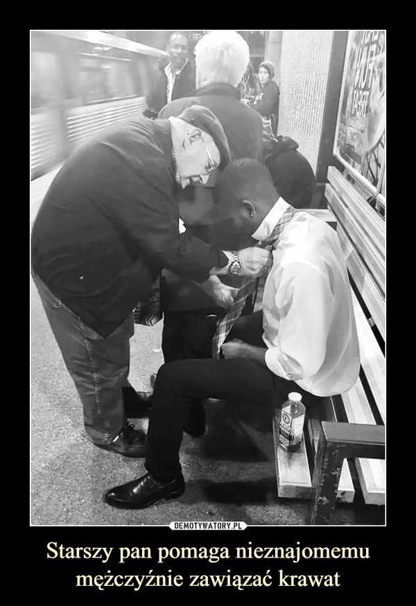 Starszy pan pomaga nieznajomemu mężczyźnie zawiązać krawat –