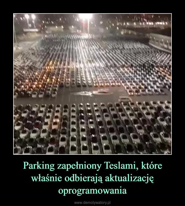 Parking zapełniony Teslami, które właśnie odbierają aktualizację oprogramowania –