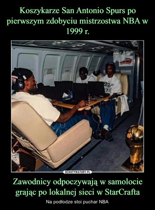 Koszykarze San Antonio Spurs po pierwszym zdobyciu mistrzostwa NBA w 1999 r. Zawodnicy odpoczywają w samolocie grając po lokalnej sieci w StarCrafta